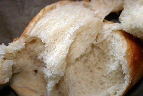 Erstaunlich lockere und weiche Krume mit leicht knuspriger Kruste. Wie vom Bäcker.