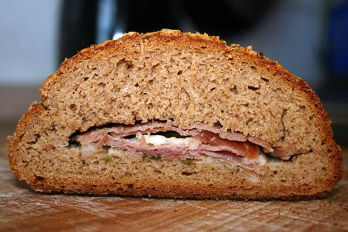 Aromatische Füllung: Parma-Schinken und Parmesan. Aber auch ohne die Füllung schmeckt das Brot malzig-aromatisch gut.