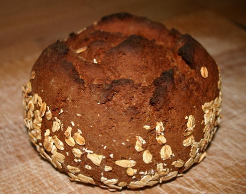 Das passiert, wenn man die Temperatur nach 10 Minuten NICHT herunterregelt... Gleichzeitig wird dadurch die Kruste dick, die Krume trocken und Zeit zum Gehen bleibt der Hefe auch kaum noch. Also: immer auf die Temperatur achten, dann gelingt auch das Brot.