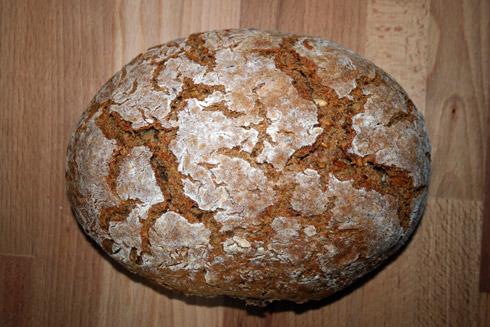 Rustikal aufgerissene Brotkruste.