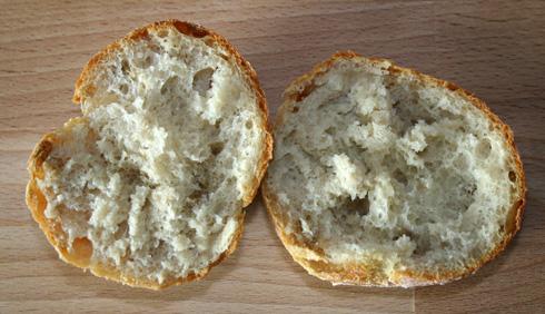 Lockere, kartoffelige Krume und elastisch-knusprige Kruste.