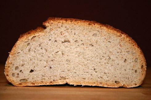 Weiche, elastische, mittelporige und sehr aromatische Krume mit knuspriger Kruste. Mein bisheriger Brotfavorit.