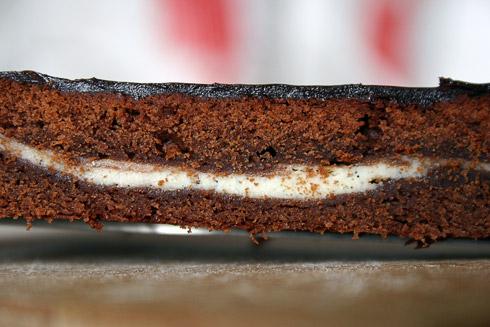 Cream-Brownies mit Sauerteig: obwohl der Teig sehr dicht aussieht, zerfällt er fast auf der Zunge, ist nicht trocken, aber dafür außerordentlich schokoladig.