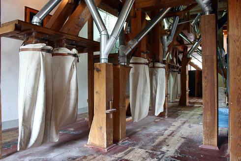 Hier werden Dunst, Grieß oder Kleie abgefangen, um sie Vollkornmehlen später zuzusetzen oder anderweitig zu Produkten zu verarbeiten.