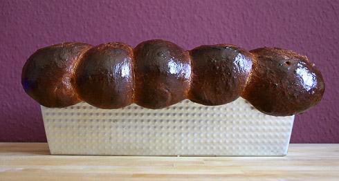 Die Brioche in der Kastenform aus 10 Einzelteiglingen.
