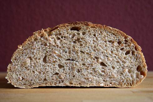 Ein kräftiges Brot durch den Vollkorn- und Weizenkorn-Anteil und zugleich ein Brot mit lockerer Krume.