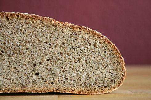 Feinporige, würzig-kräftige Krume. Das mittelalterliche Steinbrot passt hervorragend zu aromatischen Käsen und Wurst.