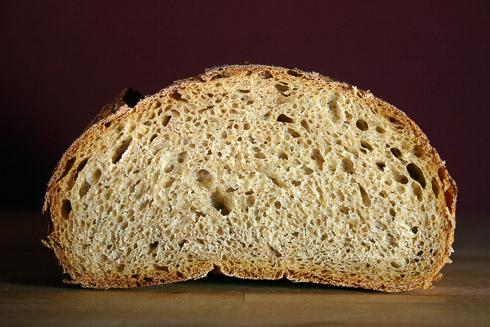 Die hellbraune Krume des Bierbrotes ist locker, mittelporig und schmeckt ganz dezent nach Schwarzbier. Ein Brot, das weit oben auf meiner Favoritenliste steht.