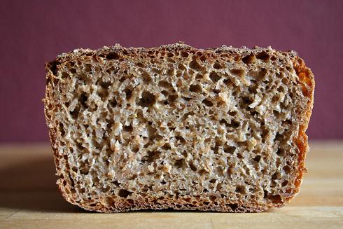 Für ein Roggenbrot sehr lockere Krume. In dünnen Scheiben schmeckt das Brot besonders gut.