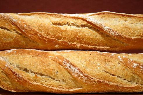 Baguette au Levain mit Poolish - Das nochmalige Aufreißen innerhalb der Einschnitte stört in meinen Augen die Ästhetik der Baguettes etwas.