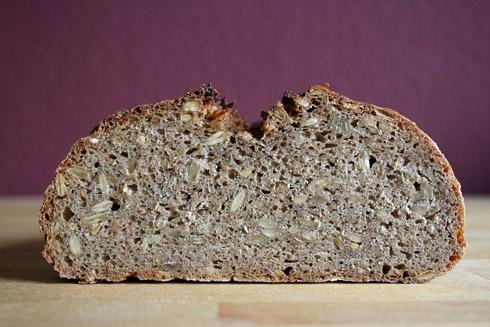 Roggenbrot mit Weizenschrot - dichte, aber kräftig-aromatische Krume.