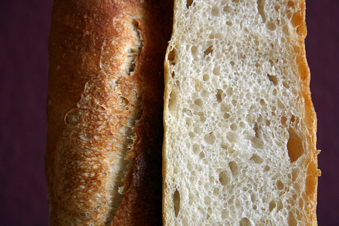 Kleinporigere und gleichmäßigere Krume durch längeres Kneten und intensiveres Formen - Baguette au Levain mit Poolish