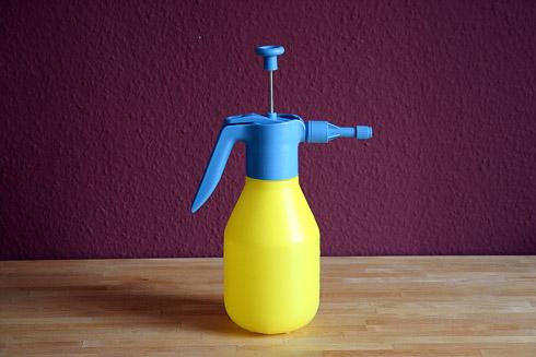 Drucksprühflasche - unter hohem Druck wird feiner Wassernebel in den Ofen gesprüht, um zum Beginn des Backvorgangs den Ofentrieb zu verbessern.