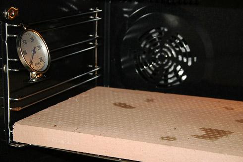 Ofenthermometer zur Kontrolle der richtigen Temperatur (der Ofenanzeige sollte man nie trauen) und ein Backstein, der lange vor dem Backen aufgeheizt wird, um u.a. den Ofentrieb zu verbessern.
