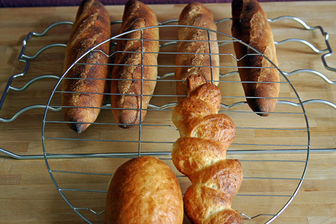 Abkühlgitter für das frische, heiße Brot, damit es rundherum knusprig bleibt.