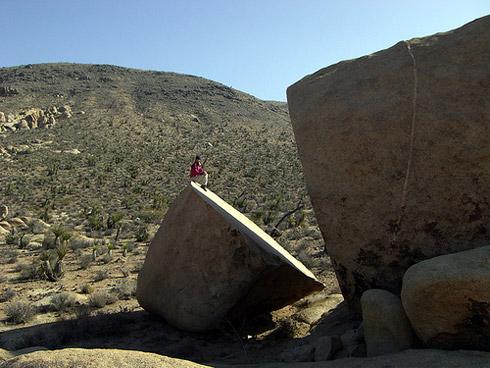 Der steinerne Brotlaib ist in geologischer Wahrheit Ergebnis von Verwitterungsprozessen, die über Jahrmillionen andauerten und dem Monzogranit arg zusetzten (Foto: Jonathan Hey).
