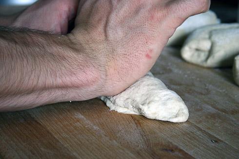 ... 10. Dabei mit dem Handballen der rechten Hand die Naht verschließen.