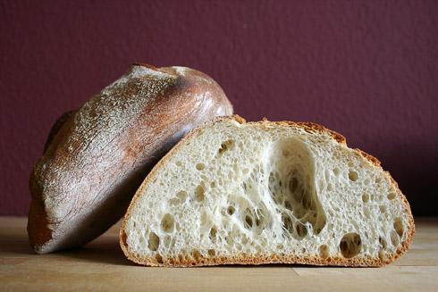 Überraschungskrume im Schweizer Sechsecksbrot: das große Loch ist ein eindeutiger Backfehler, macht das Brot aber besonders...