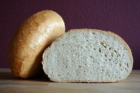 Kleinporige Krume, knusprige und gefensterte Kruste. Wer auf typisches, deutsches Bäckerweißbrot steht, dem wird mit diesem Rezept der Himmel auf Erden geholt.