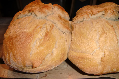 Zu Manfreds Ehre und als Dank für das Rezept zu allererst seine Fotos: ein Doppellaib seines im Gusseisentopf gebackenen Weizenbrotes.