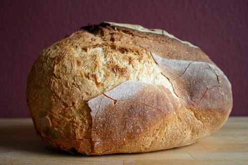 Die andere Seite: Explosion des Brotes als wolle es einen Ball ausspucken