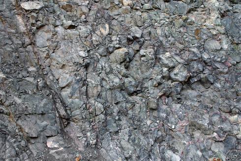 Blick in die Vergangenheit: mehrere 100 Millionen Jahre alte Kissen-Basalte. Einst tief im Ozean gebildet, heute mitten in Thüringen an der Erdoberfläche. Bildhöhe ca. 3-4 m.