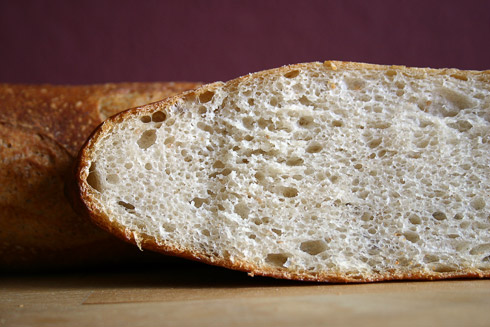 Kleinporige Baguette-Krume, vermutlich weil das Gluten im Teig durch die lange und kalte Führung zu stark entwickelt war.