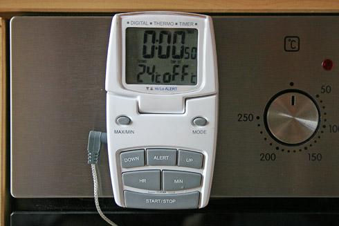 """Thermometer und Timer für die """"Teigüberwachung""""."""