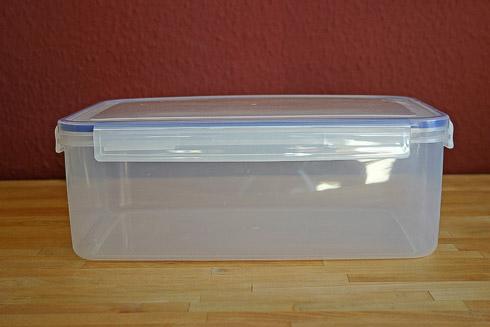 Kunststoffbox, in der meine Teige gehen und gefaltet werden.