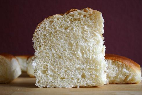 Klein- bis mittelporige, sehr fluffige Krume mit süßlichem Nachgeschmack: Soft Butter Rolls nach Jeffrey Hamelman