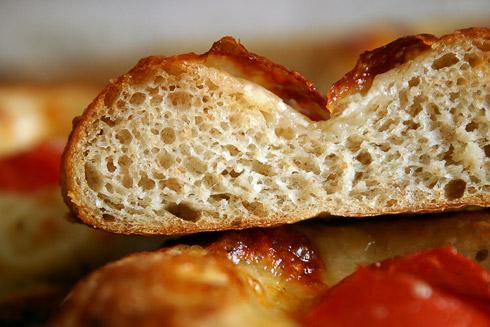 Fluffiger Kartoffelteig mit hauchdünner Kruste und gefüllt mit Mozaralla und Tomate.