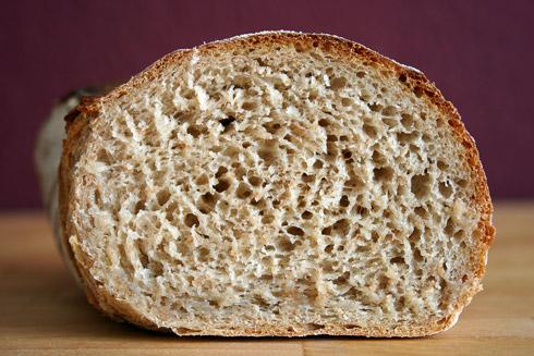 Vermutlich durch den Roggenanteil nicht ganz so offenporig wie bei Zorras Brot, aber trotzdem schön anzusehen.
