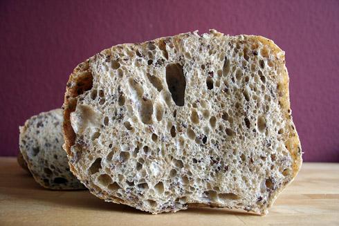 Mittel- bis grobporige Krume im Dörnthaler Leinkissen. Leinöl und Leinsaat ergänzen die milde Säure der Brötchen und machen sie perfekt für herzhafte Beläge.
