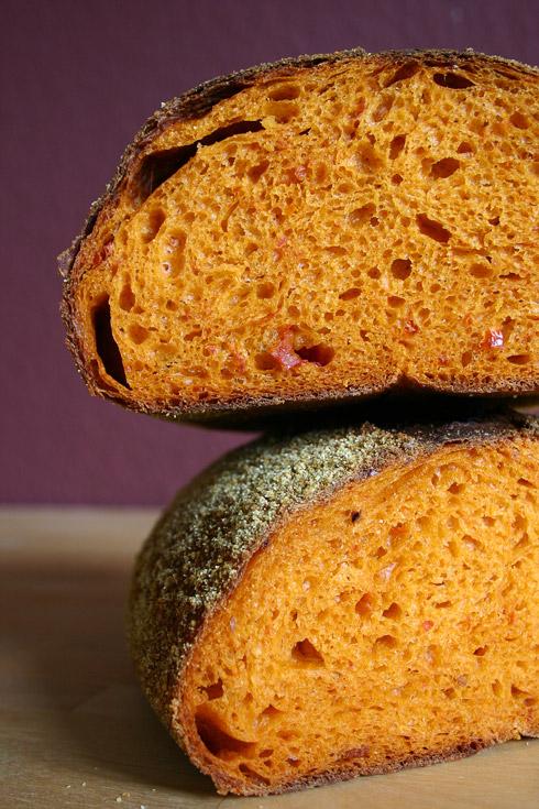 Lockere, mittelporige, rot-orangene Krume mit einem würzigen Eigengeschmack, der jeden Belag unnötig macht.