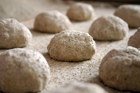 Die Brötchenteiglinge im Wellness-Bereich der Küche: Entspannung auf Bäckerleinen.