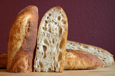 Fast idealer Einschnitt und erfreulich großporige Krume: Baguette au Levain mit Poolish