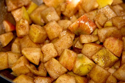In Zimt und Zucker gewälzte Apfelstück für das Apfelbrot.