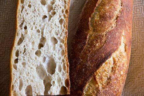 Großporige, mild-säuerliche Krume: Baguette au Levain mit Poolish