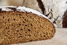 Klein- bis mittelporige Krume mit süßlich-würzigem Geschmack. Weihnachtlicher geht es nicht: Pulsnitzer Pfefferkuchenbrot.