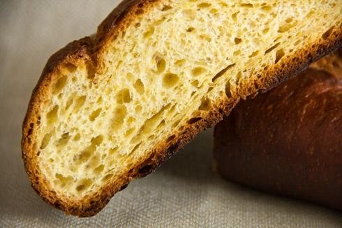 Orangengelbe, mittelporige Krume mit winzigen Orangenschalenpünktchen... Das Brot ist etwas flach geraten, deshalb: ein 2. Versuch folgt.