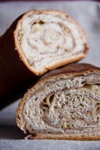 Lockere Krume mit von Zimtzucker umschlungenen Nudeln: süßes Nudelbrot