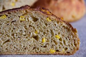 Saftige Maiskörner in einer lockeren Maismehlkrume: Maisbrot