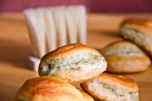 Locker und lecker: Teigmuscheln mit Ziegenkäse-Parmesan-Füllung