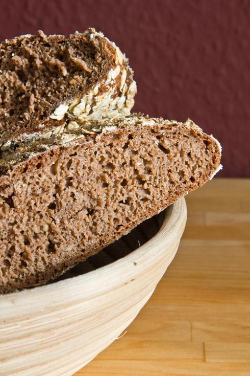 Lockere, kakaobraune Krume, urig-herb im Geschmack: Brotkrustenbombe. Die Krumenröllchen im Bild lassen sich vermeiden, wenn man etwas mehr Geduld hat als ich und das Brot erst vollkommen ausgekühlt, am besten am nächsten Tag, anschneidet...