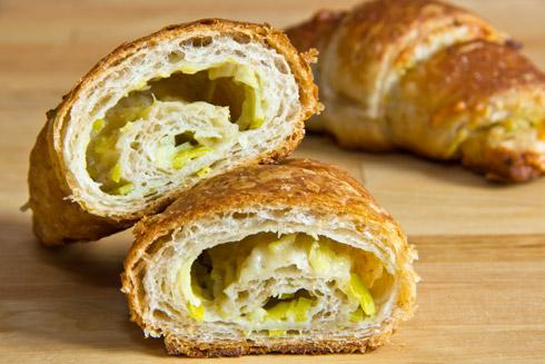 Luftig-lockere Croissants mit Vollkornanteil und herzhafter Porree-Gouda-Füllung