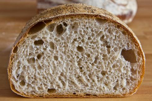 Der Weizenlaib: mittelporige, lockere Krume. Schmeckt wunderbar mit Marmeladen, Butter oder Honig.