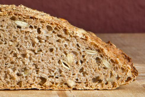 Abgesehen vom traurigen Äußeren macht die Krume einen guten Eindruck: saftig, kleinporig, kräftig im Geschmack: Kürbiskernvollkornbrot