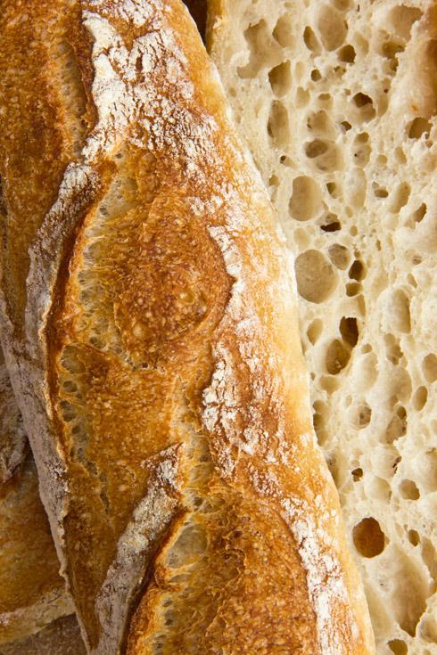 Gelungene Einschnitte und eine großporige, sehr aromatische Krume: Baguettes nach Anis Bouabsa