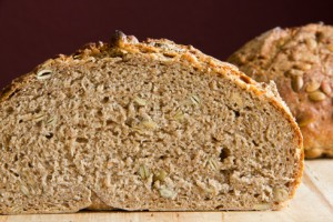 Feinporige Krume, kräftiger Geschmack: Kürbiskernvollkornbrot (das krümelige Aussehen kommt vom zu frühen Anschneiden nach dem Backen...)