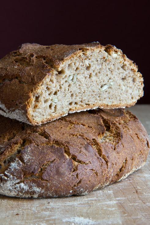 Kleinporige Krume mit kräftigem Geschmack umhüllt von einer rustikal aufgerissenen Kruste: Roggen-Sahne-Brot
